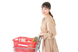 スーパーで食料品の買い物をする若い女性の写真素材 [FYI04716872]