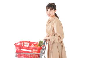 スーパーで食料品の買い物をする若い女性の写真素材 [FYI04716882]