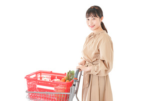 スーパーで食料品の買い物をする若い女性の写真素材 [FYI04716883]