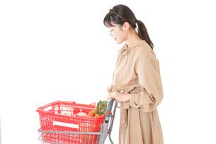 スーパーで食料品の買い物をする若い女性の写真素材 [FYI04716884]
