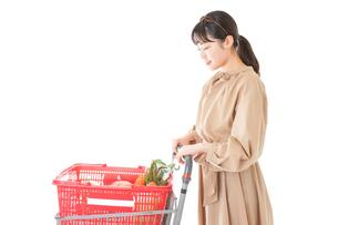 スーパーで食料品の買い物をする若い女性の写真素材 [FYI04716885]