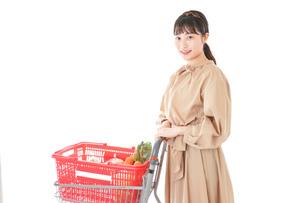 スーパーで食料品の買い物をする若い女性の写真素材 [FYI04716886]