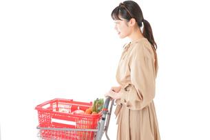 スーパーで食料品の買い物をする若い女性の写真素材 [FYI04716887]