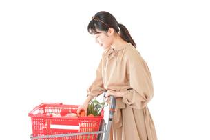 スーパーで食料品の買い物をする若い女性の写真素材 [FYI04716888]