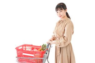 スーパーで食料品の買い物をする若い女性の写真素材 [FYI04716889]