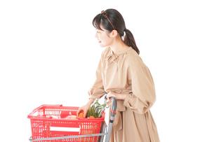 スーパーで食料品の買い物をする若い女性の写真素材 [FYI04716890]
