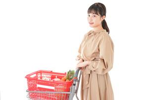 スーパーで食料品の買い物をする若い女性の写真素材 [FYI04716891]