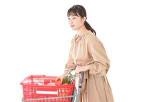 スーパーで食料品の買い物をする若い女性の写真素材 [FYI04716893]
