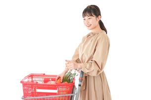 スーパーで食料品の買い物をする若い女性の写真素材 [FYI04716894]