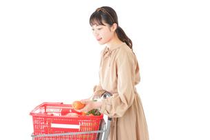 スーパーで食料品の買い物をする若い女性の写真素材 [FYI04716895]