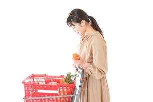 スーパーで食料品の買い物をする若い女性の写真素材 [FYI04716896]