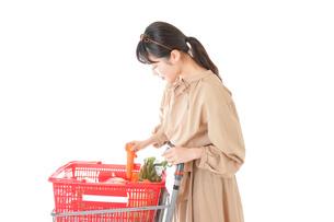 スーパーで食料品の買い物をする若い女性の写真素材 [FYI04716897]
