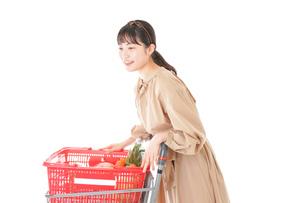 スーパーで食料品の買い物をする若い女性の写真素材 [FYI04716898]