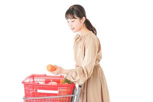 スーパーで食料品の買い物をする若い女性の写真素材 [FYI04716900]
