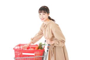 スーパーで食料品の買い物をする若い女性の写真素材 [FYI04716902]