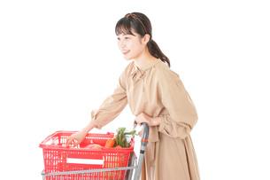 スーパーで食料品の買い物をする若い女性の写真素材 [FYI04716903]