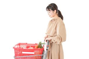 スーパーで食料品の買い物をする若い女性の写真素材 [FYI04716904]