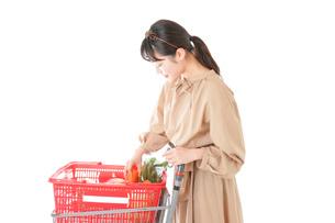 スーパーで食料品の買い物をする若い女性の写真素材 [FYI04716905]