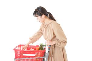 スーパーで食料品の買い物をする若い女性の写真素材 [FYI04716906]
