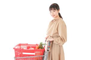 スーパーで食料品の買い物をする若い女性の写真素材 [FYI04716910]