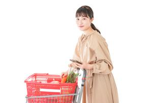 スーパーで食料品の買い物をする若い女性の写真素材 [FYI04716924]