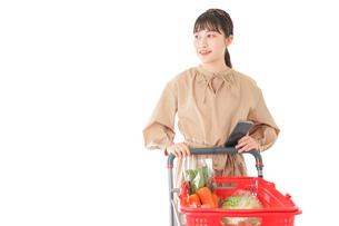 スーパーで食料品の買い物をする若い女性の写真素材 [FYI04716929]