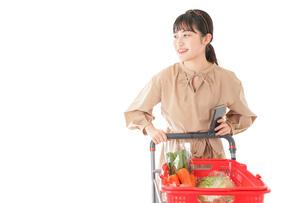 スーパーで食料品の買い物をする若い女性の写真素材 [FYI04716930]
