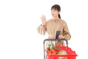 スーパーで食料品の買い物をする若い女性の写真素材 [FYI04716932]