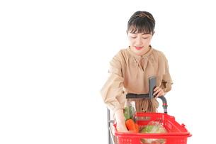スーパーで食料品の買い物をする若い女性の写真素材 [FYI04716933]