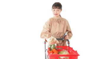 スーパーで食品の原産地を調べる若い女性の写真素材 [FYI04716934]