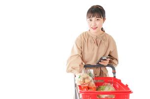 スーパーで食料品の買い物をする若い女性の写真素材 [FYI04716940]