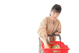 スーパーで食料品の買い物をする若い女性の写真素材 [FYI04716944]