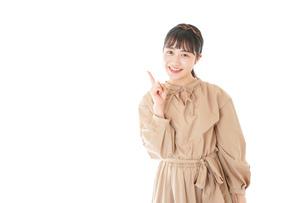 笑顔の若い女性ポートレートの写真素材 [FYI04716961]