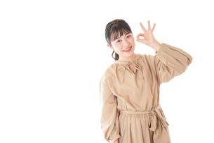 笑顔の若い女性ポートレートの写真素材 [FYI04716971]