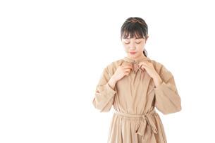 身だしなみを整える若い女性の写真素材 [FYI04716973]