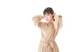 身だしなみを整える若い女性の写真素材 [FYI04716982]