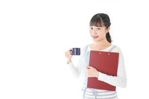 飲み物を運ぶ若いカフェスタッフの写真素材 [FYI04717055]