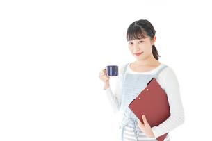 飲み物を運ぶ若いカフェスタッフの写真素材 [FYI04717060]