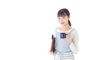 飲み物を運ぶ若いカフェスタッフの写真素材 [FYI04717067]