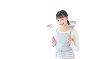 クッキングをする若い女性の写真素材 [FYI04717079]