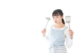 クッキングをする若い女性の写真素材 [FYI04717086]