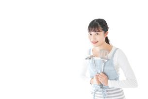 クッキングをする若い女性の写真素材 [FYI04717094]
