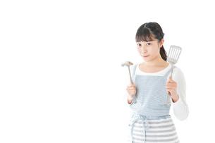 クッキングをする若い女性の写真素材 [FYI04717101]