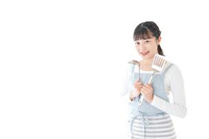 クッキングをする若い女性の写真素材 [FYI04717109]