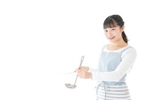 クッキングをする若い女性の写真素材 [FYI04717112]