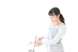 クッキングをする若い女性の写真素材 [FYI04717119]