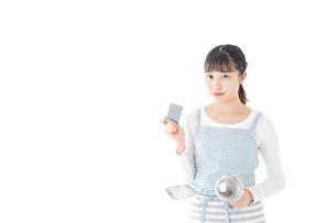 クッキングをする若い女性の写真素材 [FYI04717120]