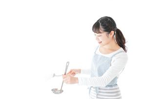クッキングをする若い女性の写真素材 [FYI04717121]