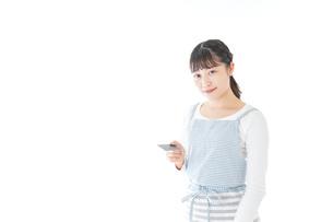 クレジットカード決済をする若いカフェスタッフの写真素材 [FYI04717145]
