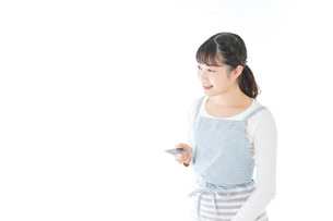 クレジットカード決済をする若いカフェスタッフの写真素材 [FYI04717148]